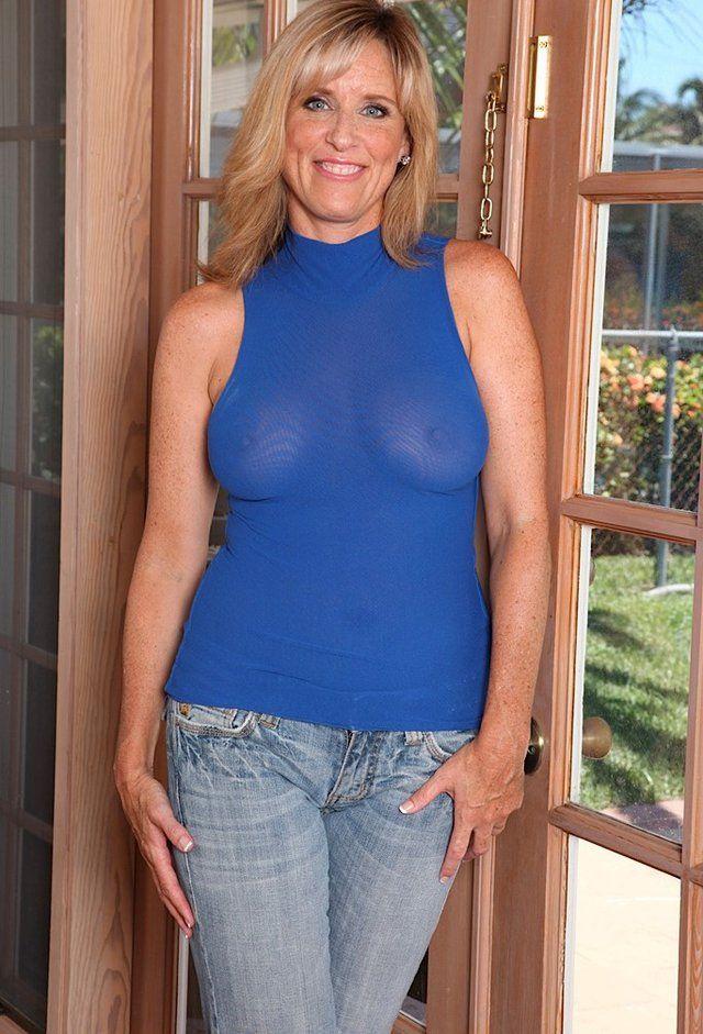 Jodi West Removes Her Jeans Imagens 1