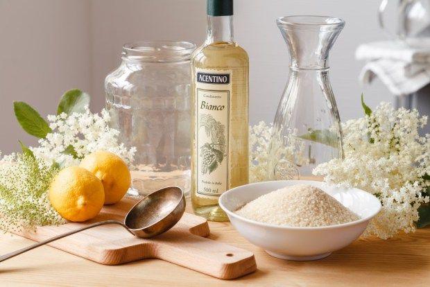 Prozradíme vám tajemství domácího bezinkového šampusu. Květové víno se přirovnává k sektu, protože bezinky obsahují přírodní divoké kvasinky, díky nimž nápoj zkvasí. A když ho budete servírovat vychlazené a v patřičných sklenicích, fantazie udělá své.