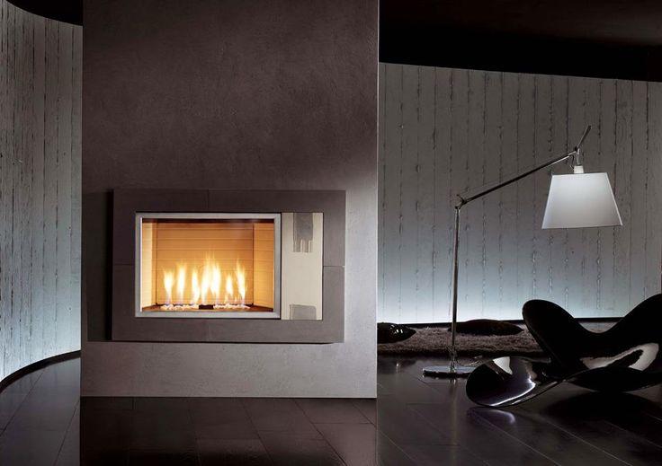 Caminetto mod. Lithos con rivestimento in argilla lavorata a mano. I decori, anch'essi in argilla, sono frutto di una sapiente lavorazione artigianale. Ogni cornice è un pezzo unico e irripetibile. Disponibile con interno a gas o a legna.Dimensioni: 113L 74H #homycalor #camini #gasfireplaces #fireplaces #riscaldamento #disign
