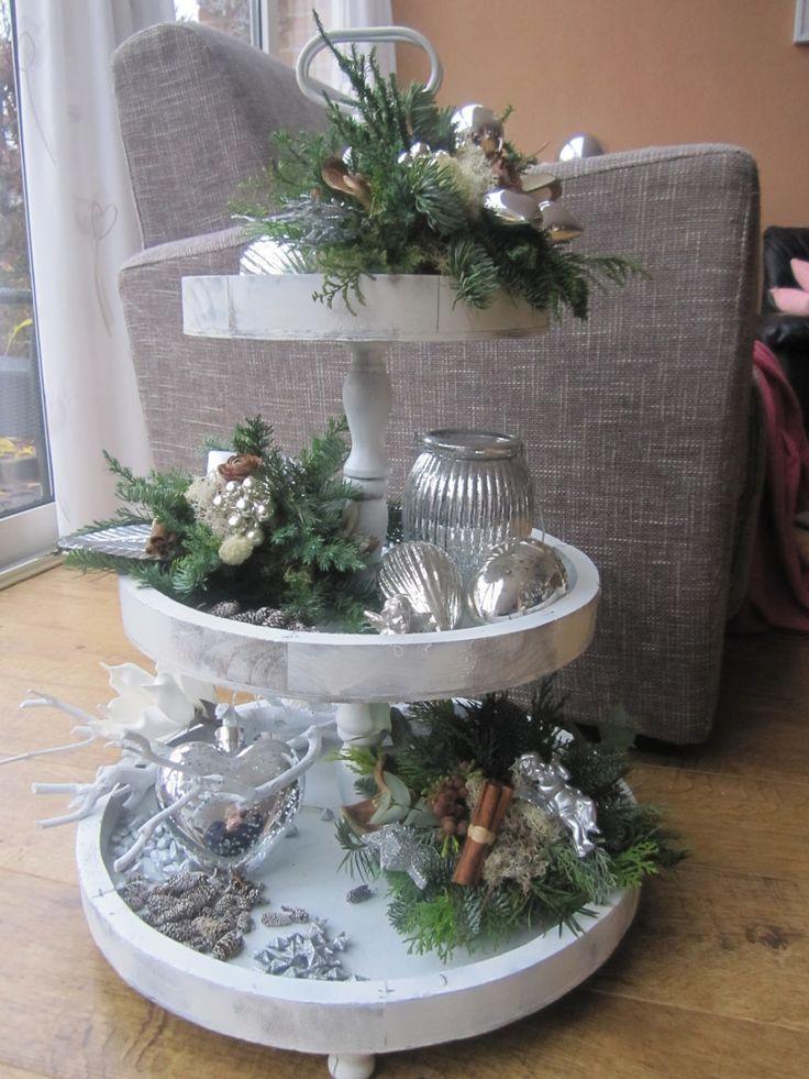 Gisterenavond lekker kerststukjes gemaakt. 1 voor op de kast en 3 kleine voor op de etagaire       Fijn weekend allemaal!