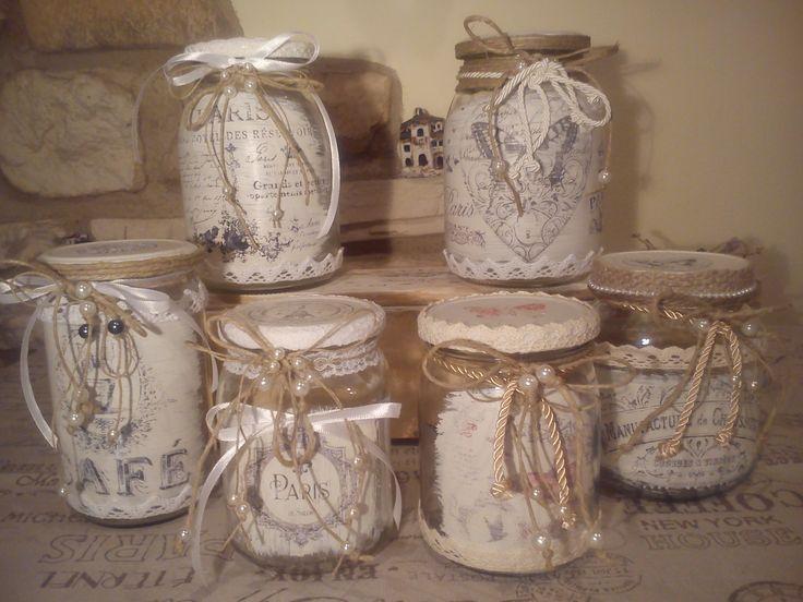 Riciclati vari vasetti di vetro e decorati in stile shabby chic con materiale di recupero