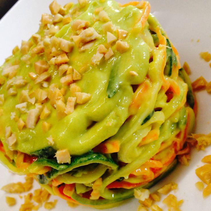 Spaghetti di Zucchine e Carote con Dressing di Mango e Avocado e granella di Noccioline