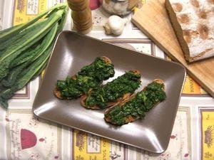 Pane casereccio, olio d'oliva, aglio e cavolo nero: tutto ciò che ci serve per realizzare i crostoni di cavolo nero. Piatto tipico della tradizione toscana.