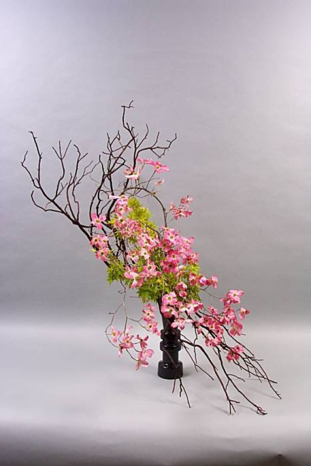 The revolutionary, free-style Sogetsu was founded in 1927 by Sofu Teshigahara who believed anyone could make ikebana anywhere, with anything. Emphasis in Sogetsu shifts to the artist's expression and message. Photo: Ikebana Intl. SF/Bay Area