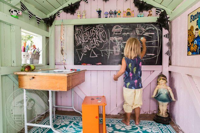 Bloggaren Jenny Brandt har målat insidan av barnens lekstuga i kulörerna Lindblomma  805 och Körsbärsblom 696.