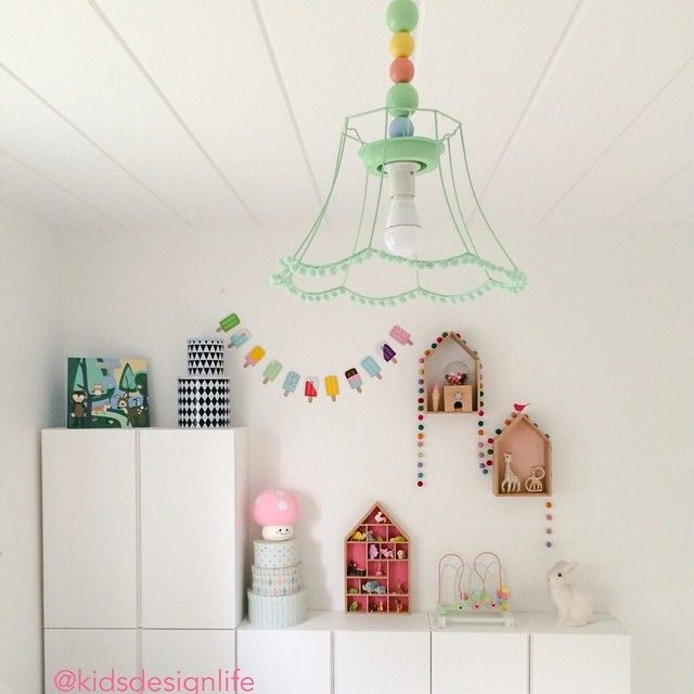 Idag har jag fått hjälp att sätta upp lampan jag pysslat ihop till Mini, en typisk diy-lampa får man väl säga att det blev | I've made a DIY lamp for the babys room.