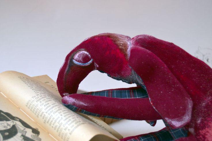 Podivný host Malý podivný host, které ho si můžete taky pozvat. Ušit z bavlněného plátna a dyftýnu, plněn dutým vláknem a zbytky látek. Domalován savem a barvami na textil. Dekorativní hračka