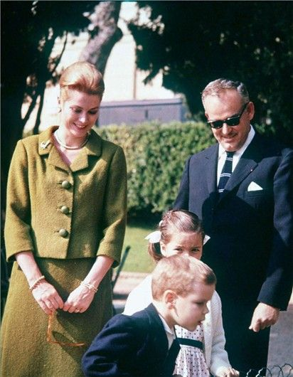 Balenciaga suit was crafted from hand-woven green tweed she had received as a gift in Clifden, Connemara, on a state visit to Ireland in June of 1961.