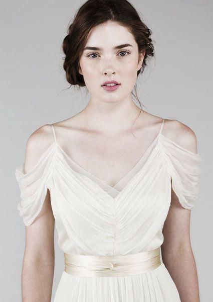 O caimento nos ombros dá mais mágica ao modelito da Saja Wedding.                                                                                                                                                                                 Mais