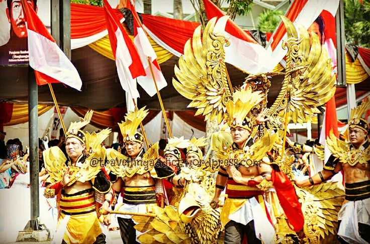 Day 2 of Jember Fashion Carnival is started with paskibraka then continue with float starred by Dynand Fariz, creator of JFC, in Garuda costumes.  http://travellingaddict.wordpress.com  #waci #jemberfashioncarnival #jemberfashioncarnival2016 #jff #jff2016 #wonderfulindonesia #visitindonesia #indonesia #jember #travel #instatravel #carnival #carnivalindonesia #worldcarnival #nikon #nikond7000 #dynandfariz