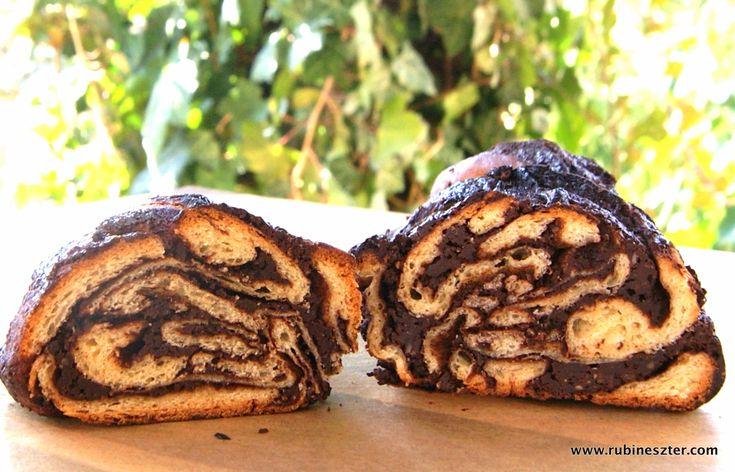 """A babka, ez az évszázados lengyel zsidó sütemény Yotam Ottolenghi jóvoltából indult el világhódító útjára, aki Jerusalem című szakácskönyvében újra felfedezte az addig a nagymamák konyhájában szerényen bújkáló csokoládés kalácsot. Ottolenghiről bővebben aSzombat új számábanolvashatunk. Ahogy Karetka Zsófi írja gasztroszámunkban, a Városi trendek – eltérített kézműves mozgalom címűcikkében: """"Az USÁ-ban a negyvenes-ötvenes évektől fogva, a sajátos gazdasági és élelmiszeripari tényezőknek…"""