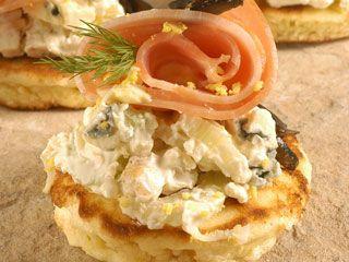 Blinis ahumados con queso roquefort | Recetas Choly Berreteaga| Utilisima