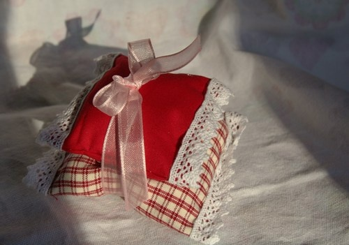 Sacchettini Rosa, Anice stellata e Arancia   Two Scented Sachets handmade with fabrics, lace and ribbons cotton.  Contain: Rose buds, seeds of anise Starry, Candied Or to buy: http://blomming.com/mm/Aromantiche/items/sacchettini-rosa-anice-stellata-e-arancia?page=2_type=thumbnailange.