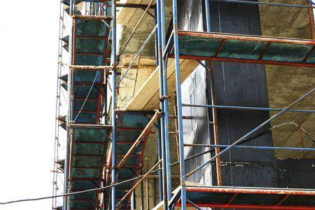 Σκαλωσιά οικοδομής σε πολυκατοικία