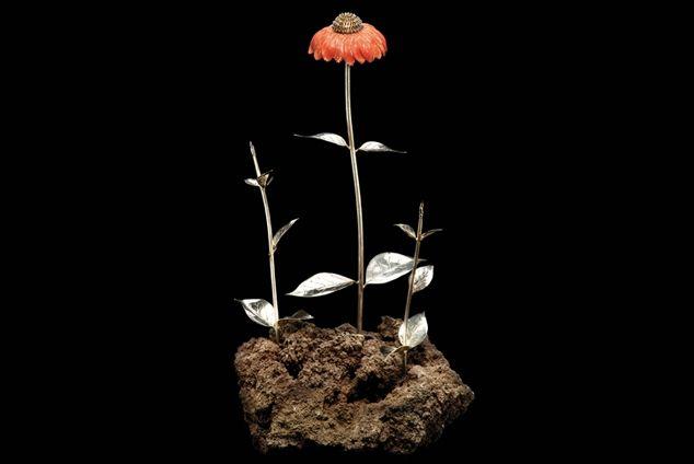 FS2 Echinacea purpurea. Preziosa scultura floreale. Manufatto di autore, in argento e corallo su base di roccia lavica.
