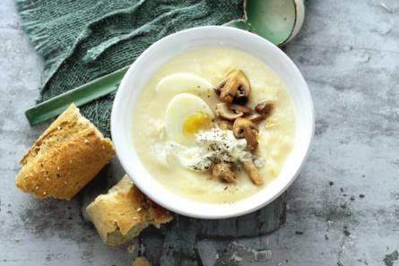 #pastinaaksoep met #kastanjechampignons           Schil de pastinaak en snijd in stukjes. Snipper de sjalot. Verhit de olie in een soeppan en fruit de sjalot en de knoflook 1 min. Voeg de pastinaak toe en bak 2 min. mee. Schenk de bouillon erbij en breng aan de kook. Kook pastinaak in 10 min. gaar.     Kook ondertussen de eieren in 6.5 min bijna hard.  Laat schrikken en pel ze. Snijd de #champignons in kwarten. Verhit de #olie in een koekenpan en bak de champignons 4 min. op middelhoog…