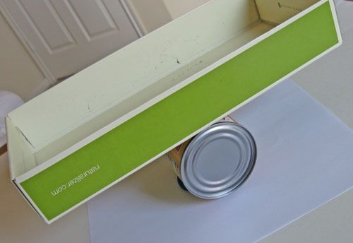 Wt - making a simple balance scale with a can, some playdough and a lid to a box.