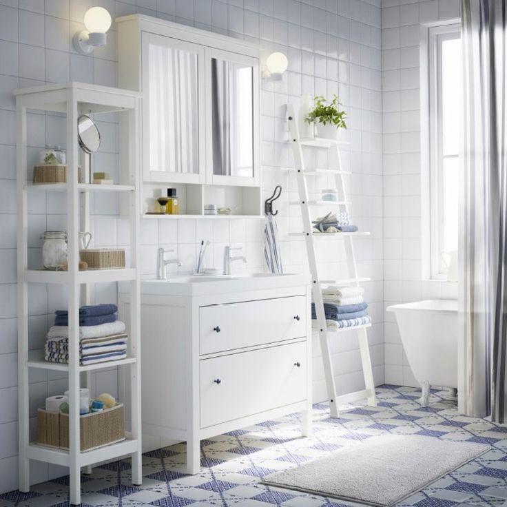 diseño de baño con muebles blancos mosaico azul