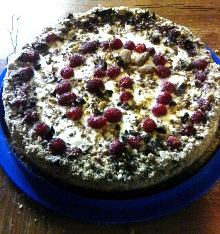 """Cheesecake """"Impressioni di Settembre""""   Pronta la nuova invenzione: cheesecake ricotta e yogurt con cioccolato fondente, mandorle e lamponi.  #senzauova #senzapanna #mariproduction #glutenfree #green #greenstyle"""