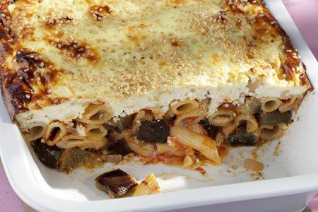 Ένα πρωτότυπο αλλά πεντανόστιμο παστίτσιο με πένες, φέτα και μελιτζάνες καλυμμένο με κρέμα γιαουρτιού. Η συνταγή γι αυτό το υπέροχο, υγιεινό, χορταστικό π