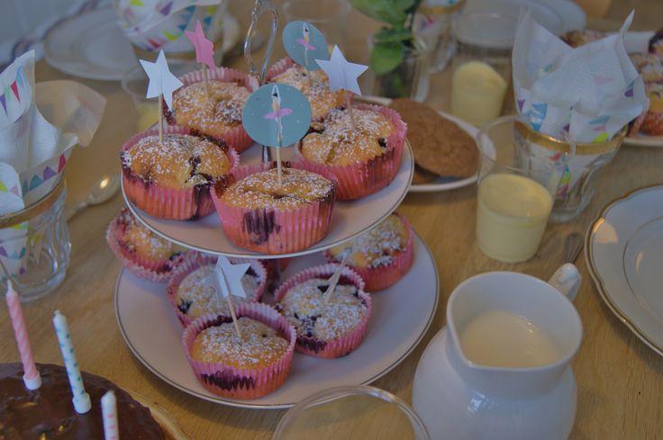 Muffins med blåbær og hvid chokolade