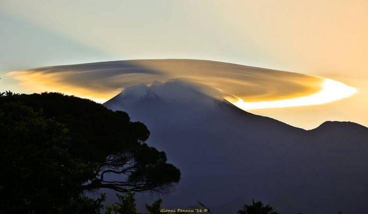 Le nubi lenticolari sull'Etna, il vulcano dà spettacolo