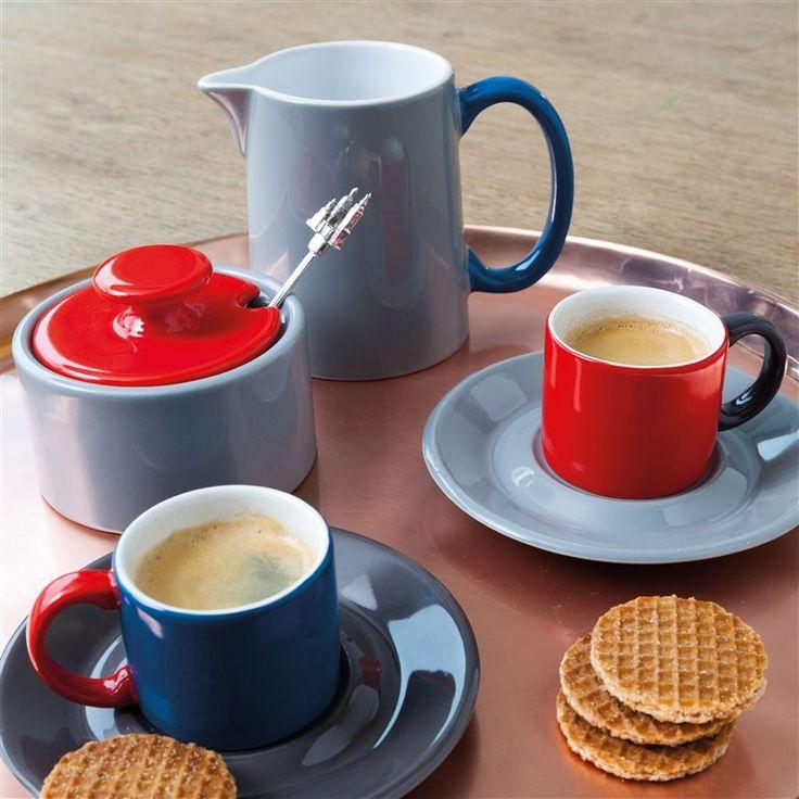 Voor suikerklontjes of losse suiker: maak je koffie- en theeservies compleet met de Jansen+co My Sugar Bowl suikerpot. Een klassiek ontwerp, met een kleurrijke twist. De aardewerken suikerpot heeft een opening aan de zijkant voor een suikerlepeltje.