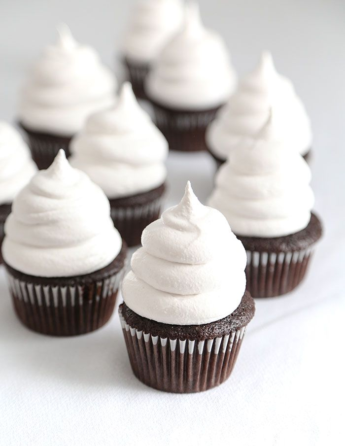 Karminrote Schokoladen-hallo Hut-kleine Kuchen   – CAKES & MORE!