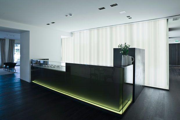 Un'illuminazione scenografica dal basso caratterizza il bancone del bar