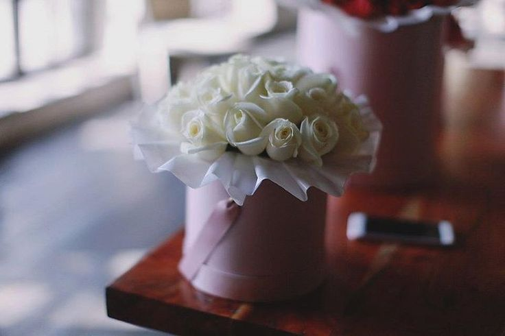 Нежные кремовые розы в розовой коробке.  29 штук в миди коробке - 2900, и доставка бесплатно.  Для ваших заказов у нас есть телефон +74951152735 и whatsapp +79684562911  #floeverbureau #цветывкоробке #цветывкоробке #букетвкоробке #букетвшляпнойкоробке #розывкоробке #красивыйбукет #белыерозы #цветы #букет #доставкацветов