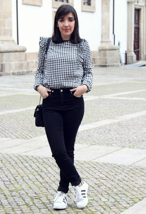 How to wear light grey Bershka's shirts and black jeans of the brand H&M