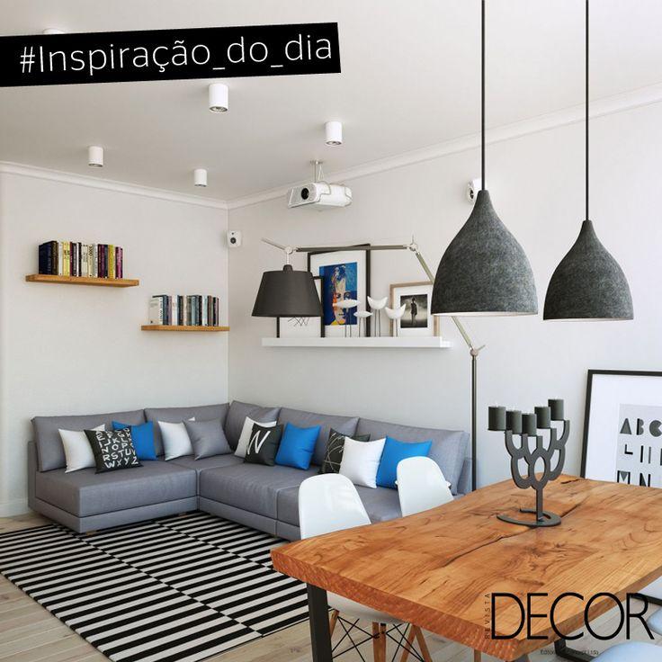 A predominância do branco evidencia os elementos que recebem as cores cinza, preto e azul. Em estilo moderno, o ambiente é composto por mobiliário, objetos e adornos de diversos materiais, que proporcionam descontração ao décor. O destaque do espaço é a mesa em madeira combinada às icônicas cadeiras Eames.