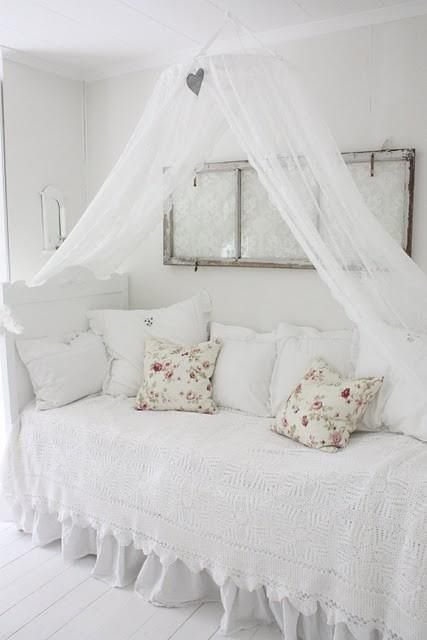 All white with textural elements in the sham canopy is an - Habitaciones shabby chic ...