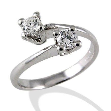 Stupendo anello bilogy realizzato dai migliori orafi italiani, l'anello bilogy di Torinogioielli.com viene realizzato con diverse carature di diamanti per venire incontro alle possibilità di tutti gli innamorati.
