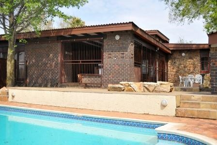 Large family house in Central Heidelberg. Expansive garden with pool and pool house , 4th bedroom with en-suite that can double as flatlet. Modern kitchen and bathrooms.