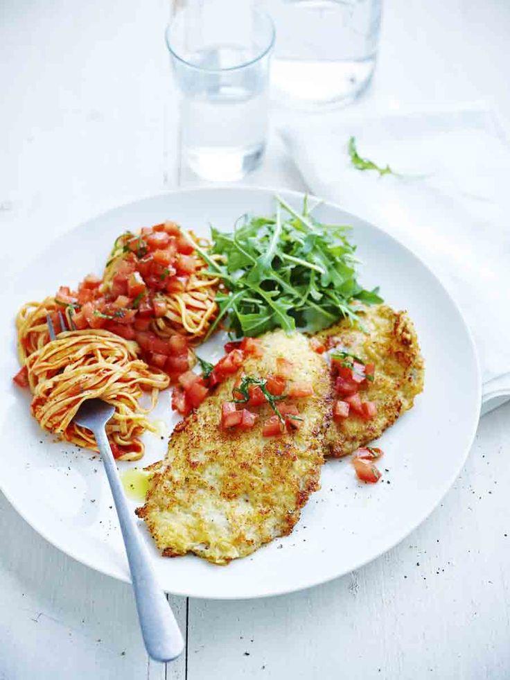 Een overheerlijke kalfslapjes alla milanese met tomatensalsa, die maak je met dit recept. Smakelijk!