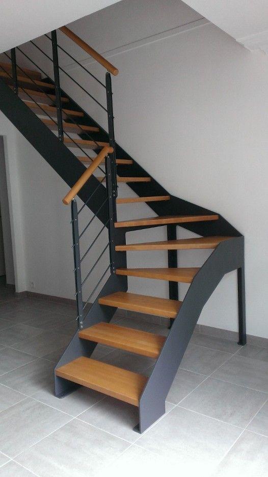 L'Echelle Européennea réalisé le remplacement de cet escalier en bois chez un particulier dans la commune de Vertou, dans la périphérie de Nantes (44). Le nouvel escalier est un double limon droit avec desmarches en hêtre teinte ROUVRE et en acier teinte Anthracite RAL 7016. Il est constitué d'uneseule rampe à l'intérieur pour garder de …