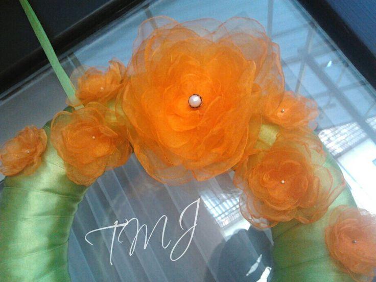 Organza virágos tavaszi ajtódísz. Spring door wreath with organza flowers.