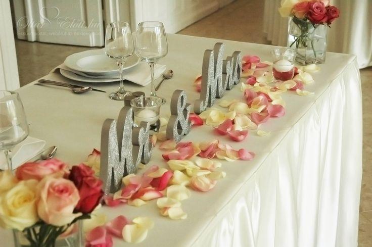 Mr & Mrs betűk a főasztalon