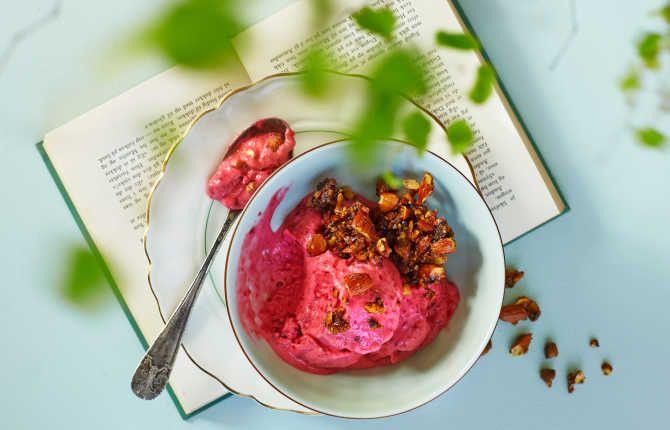 Frossen bringebær-yoghurt med karamelliserte mandler
