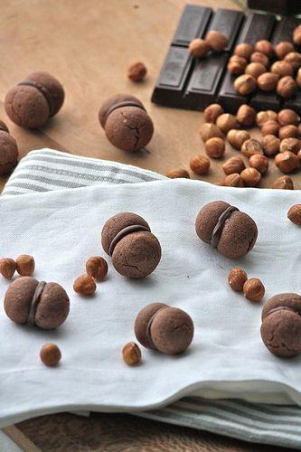 Gennaio #Vogliadi #cioccolato Baci di dama al cacao (http://www.latanadelconiglio.com/2013/01/baci-di-dama-al-cacao.html)