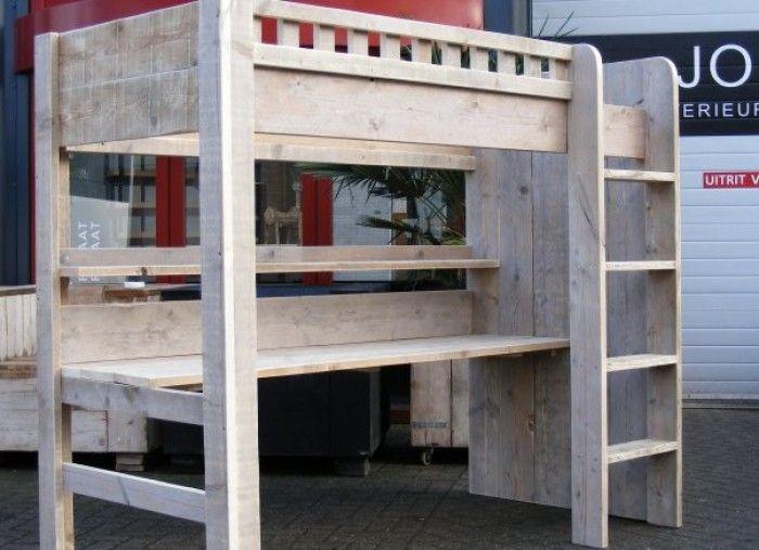 Superstoere hoogslaper met bureau en boekenplank van Jorg Steigerhout. Ook handig die dichte wand; kapstok, foto's, boeken...