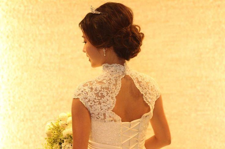 """背中の大きくあいたボレロがおしゃれな""""ヴェルディアナ"""" 日差しの強い 暑い日が続いています。 花嫁の皆様は特に日焼けにご注意くださいね�� ※ホテル椿山荘東京店でのみお召しいただけるドレスです。またボレロはオプションでございます。お問い合わせくださいませ。 #takamibridal#weddingdress#weddinggown#bridalgown#chinzansou#タカミブライダル#ドレスサロン#ウェディングドレス#ドレス#ボレロ#ホテル椿山荘東京#椿山荘#チャペル挙式#教会式#チャペル#ホテルウェディング#プレ花嫁#結婚式準備#披露宴#お色直し#ドレス選び#ドレス試着#ウェディングアクセサリー#花嫁ヘア#ブライダルヘア#ウェディングブーケ#ブライダルブーケ http://gelinshop.com/ipost/1519210895782425931/?code=BUVUkK2A7VL"""