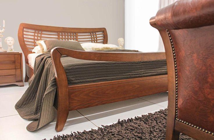 Σετ κρεβατοκάμαρας κατασκευασμένο από φυσικό ξύλο καρυδιάς που αποτελείται από:Κρεβάτι σε διαστάσεις 1,88χ2,25για στρώμα 1,60χ2,00Δύο κομοδίνα διαστάσεων 0,60χ0,45χ0,56το κάθε έναΣυρταριέρα διαστάσεων 1,20χ0.45χ0,90 που συνοδεύεται από καθρέπτη διαστάσεων 1,00χ1,00