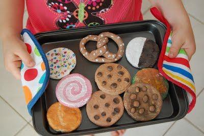 Salzteig / Ton Kekse – Fertig! benutzte Lebensmittelfarbe und Kakao, um den Teig anzufärben und sie dann mit Poly zu versiegeln;