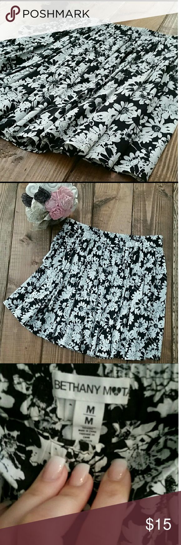 Fun floral print skirt Cream and black floral print Soft and flirty to wear Perfect for summer In EUC Size Juniors Medium Bethany Mota Skirts Mini