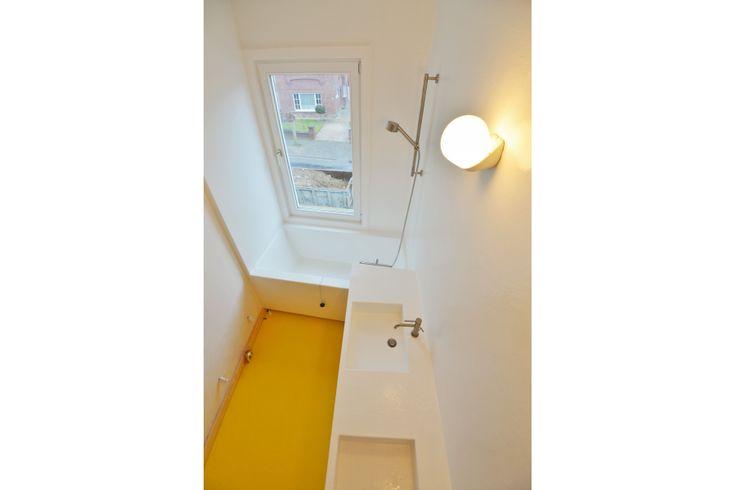 De badkamer werd constructief opgebouwd in berken multiplex om een stabiliteit te garanderen. Het meubilair werd uitgevoerd in Poolse Grenen en afgewerkt met watergedragen lak. Het geheel werd afgewerkt met polyester. Ontwerp door Pauline De Schryver.