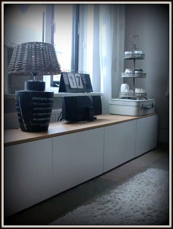 Witte tv meubel/dressoir van Ikea Besta met daar boven op een teak ...