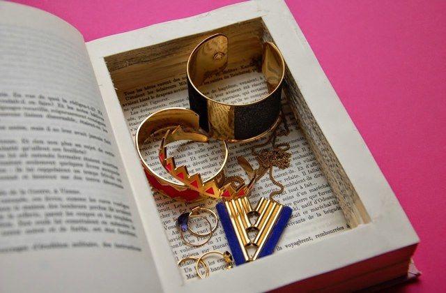 Une boîte à bijoux creusée dans un livre façon compartiment secret, c'est le DIY du jour (et c'est simple comme chou) !