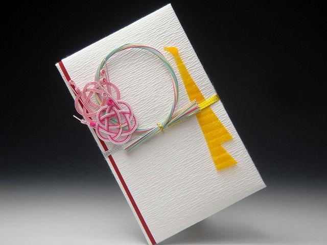 Японские ремесла. 水引き - мидзухики. Украшение открыток маленькими разноцветными узелками-мусуби - это гораздо больше, чем просто узелок из витого шнура, так можно обозначить и семейные узы, и узы дружбы, и деловое партнёрство, и свежеподписанный контракт - связь между участниками  процесса. Так и в искусстве мидзухики узел, красиво завязанный вокруг коробки с подарком, означает связь между дарителем и одариваемым